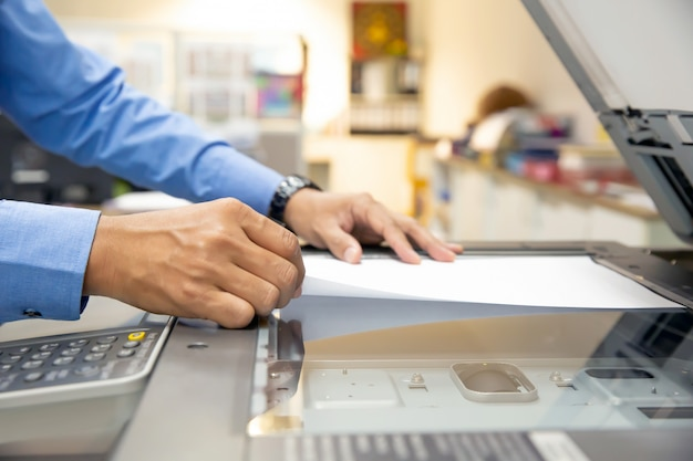 Les hommes d'affaires utilisent des photocopieurs