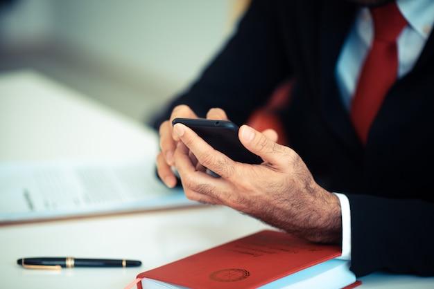 Les hommes d'affaires utilisent un smartphone pour faire des affaires en ligne