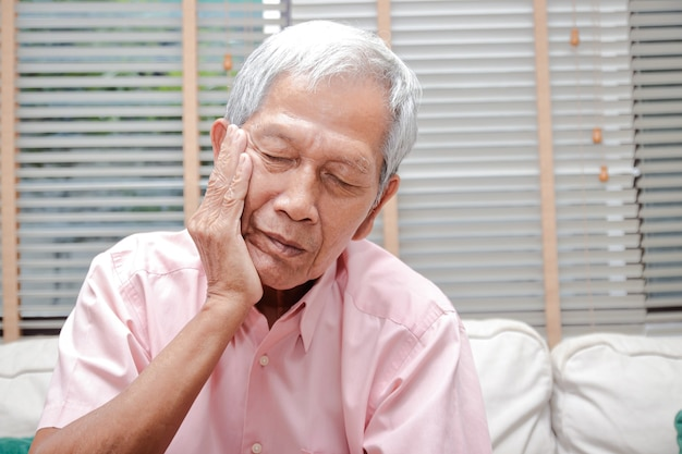 Les hommes âgés asiatiques ont mal aux dents