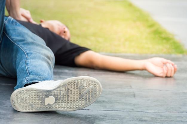 Hommes allongés sur le sol avec un arrêt cardiaque besoin d'aide avec la rcr