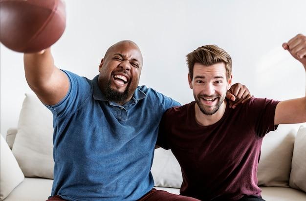Les hommes applaudissent le sport ensemble