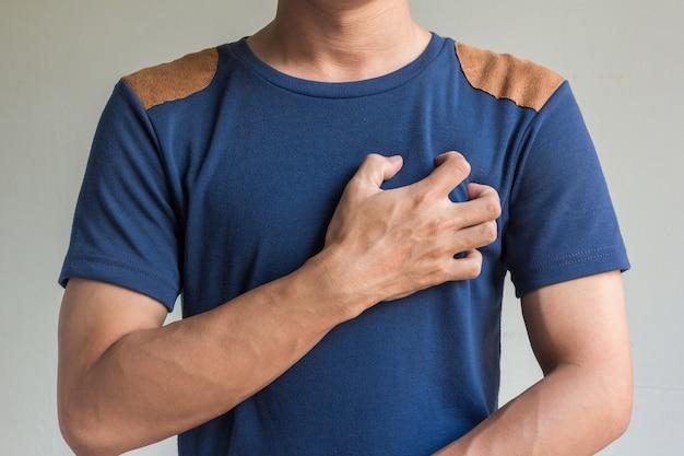 Les hommes asiatiques ont des douleurs à la poitrine