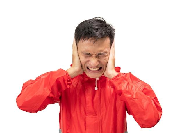Les hommes asiatiques portant des imperméables rouges ne sont pas à l'aise