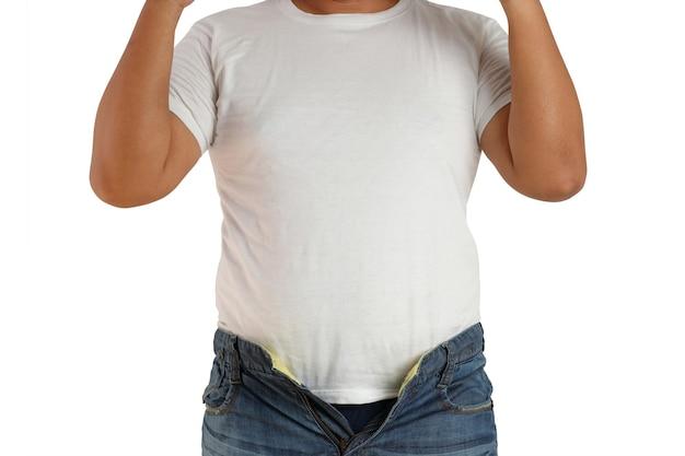 Les hommes asiatiques portent des chemises blanches