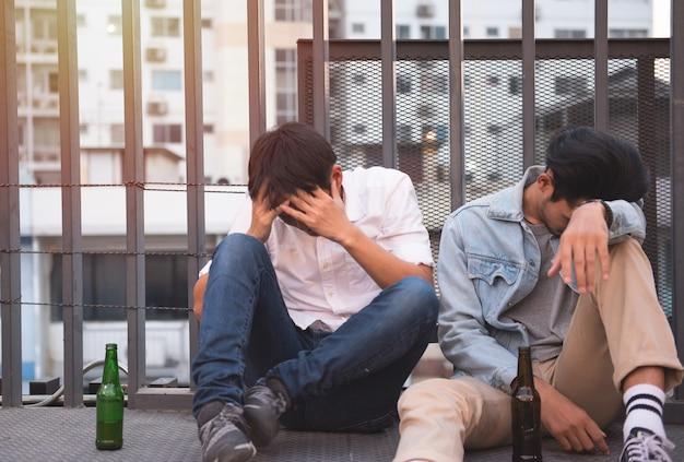 Hommes assis ensemble dans la rue