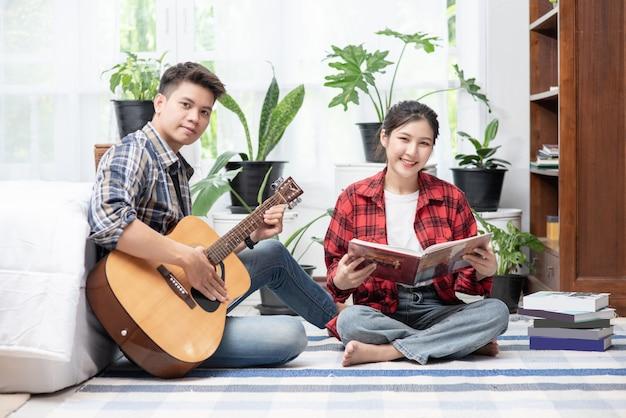 Hommes assis guitare et femmes tenant des livres et chantant.