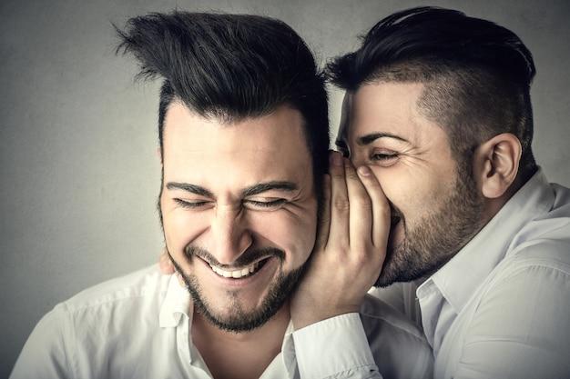 Les hommes bavardent et rient