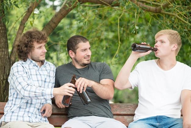 Hommes, bière, relaxant, banc