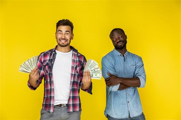 Hommes avec billets d'un dollar