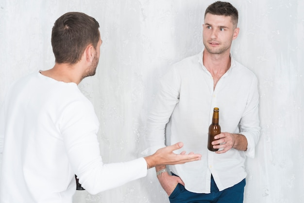 Hommes buvant de la bière et parlant
