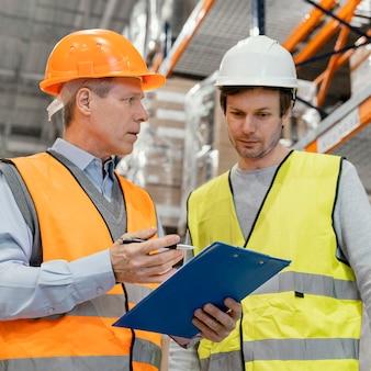 Hommes avec casque de travail logistique