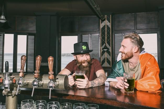 Hommes célébrant la saint patrick dans un pub