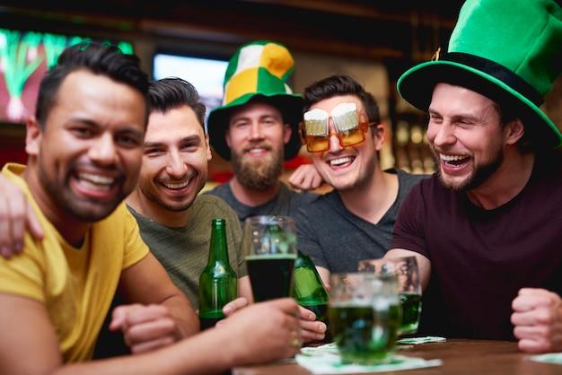 Hommes avec chapeau de lutin et bière célébrant la saint patrick