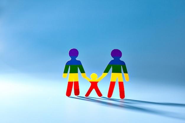 Hommes, concept gay, homosexuel. arc en ciel. fond bleu. le drapeau du groupe.
