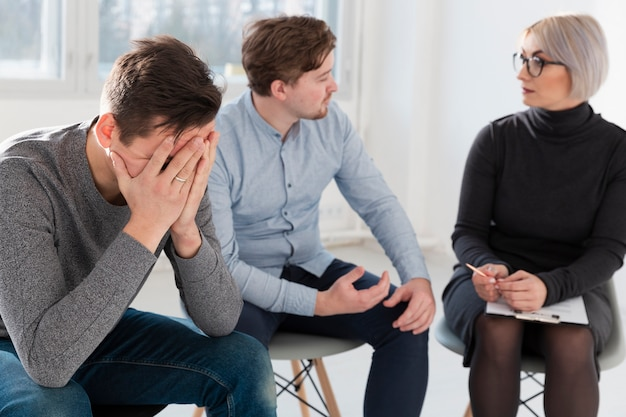 Hommes, conversation, réadaptation, docteur