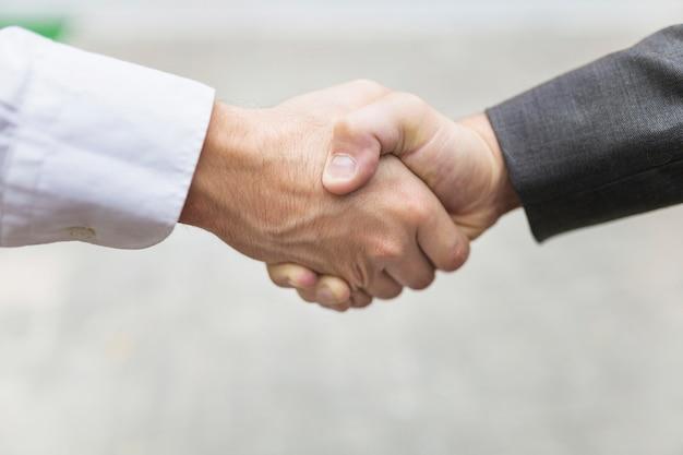 Hommes de la culture se serrant la main