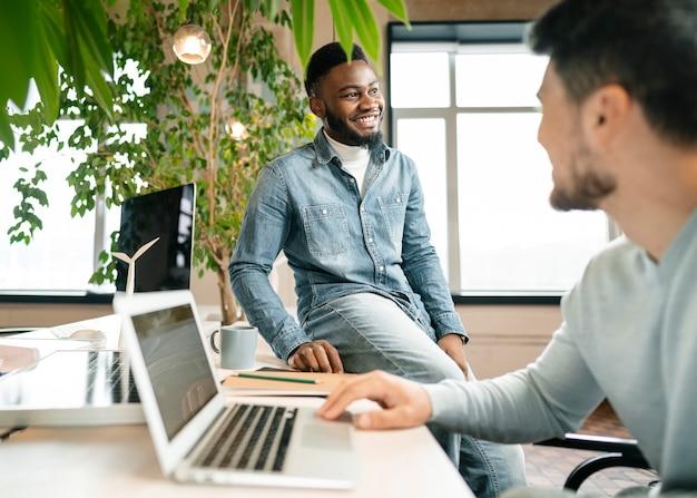 Hommes discutant du projet au bureau