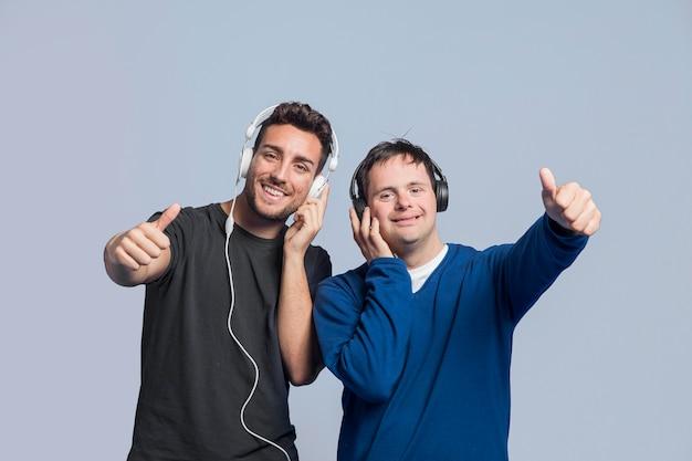 Hommes écoutant de la musique avec des écouteurs