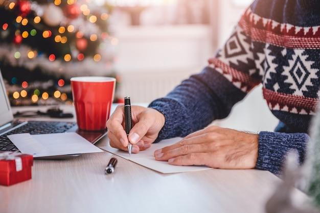 Hommes écrivant des cartes de vœux