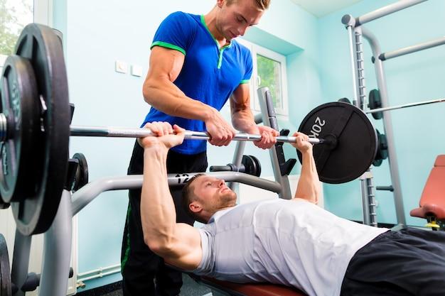 Hommes en entraînement sportif avec haltère pour fitness