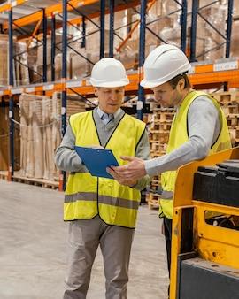 Les hommes en entrepôt travaillant