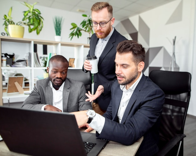 Hommes exécutifs travaillant ensemble
