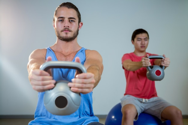 Hommes exerçant sur ballon d'exercice