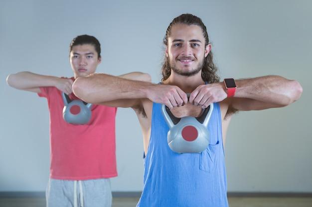 Hommes exerçant avec kettlebell