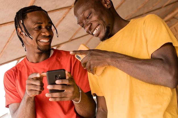 Hommes de faible angle riant ensemble