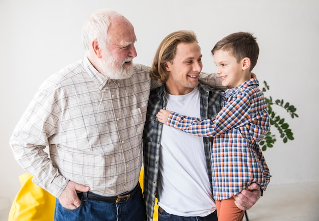 Hommes de famille de différentes générations s'embrassant