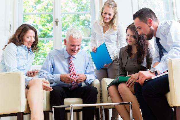 Hommes et femmes d'affaires ayant une présentation au bureau