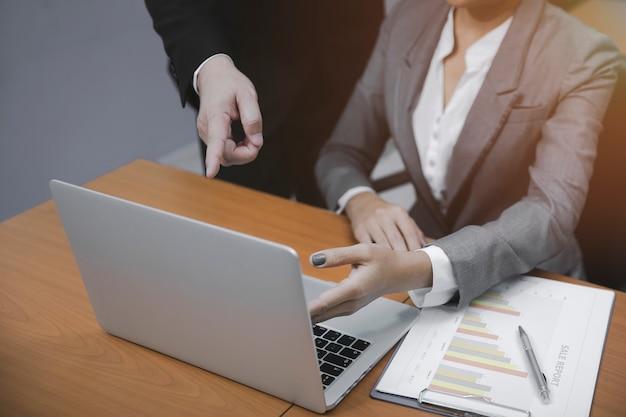 Hommes et femmes d'affaires présentant des résultats financiers