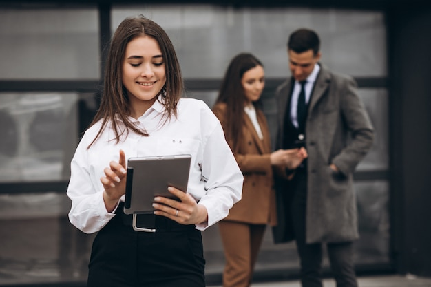 Hommes et femmes d'affaires travaillant sur tablette au bureau