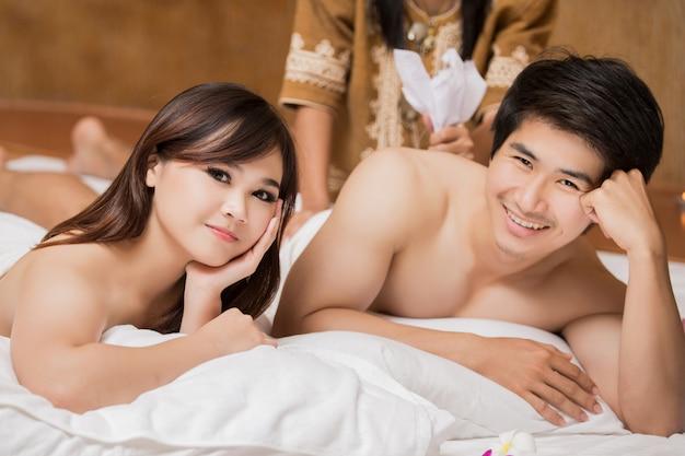 Hommes et femmes asiatiques avec massage et spa