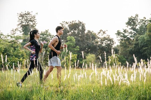 Les hommes et les femmes font de l'exercice en courant.