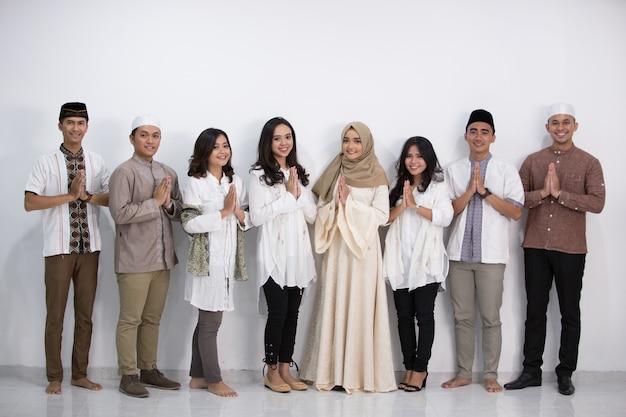 Hommes et femmes musulmans eid mubarak