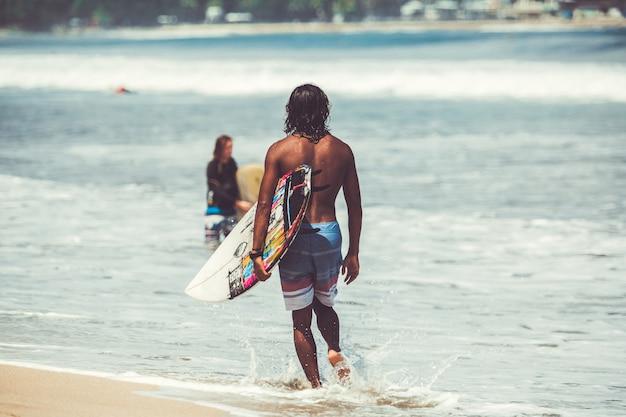 Les hommes et les filles surfent