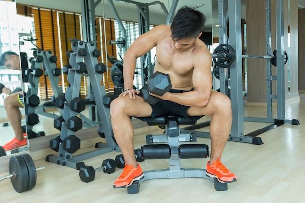 Les hommes font de l'exercice dans la salle de gym.