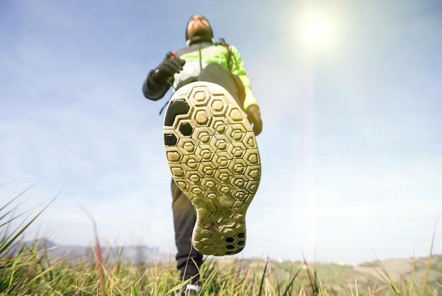 Les hommes font de la randonnée dans les montagnes, marchant sur l'herbe. mode de vie sain. les gens de race blanche