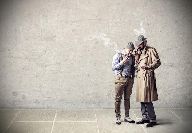 Hommes fumeurs élégants