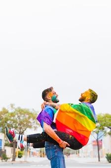 Hommes gais en poudre colorée s'amusant au festival