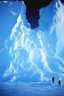 Hommes glace paysage morceaux neige glacée antarctique