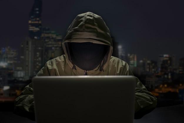 Hommes hacker breaks système de données de votre entreprise
