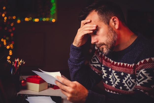 Des hommes inquiets jettent leur courrier tard dans la nuit