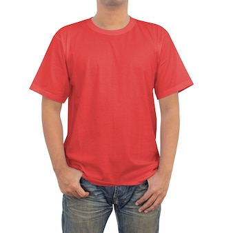 Hommes en jeans et t-shirt rouge sur fond blanc
