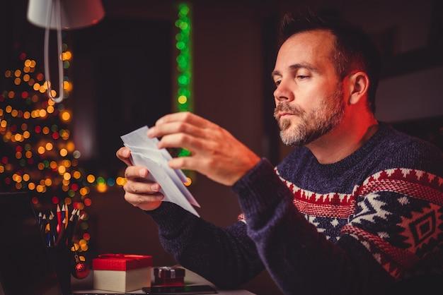 Hommes jetant leur courrier tard dans la nuit