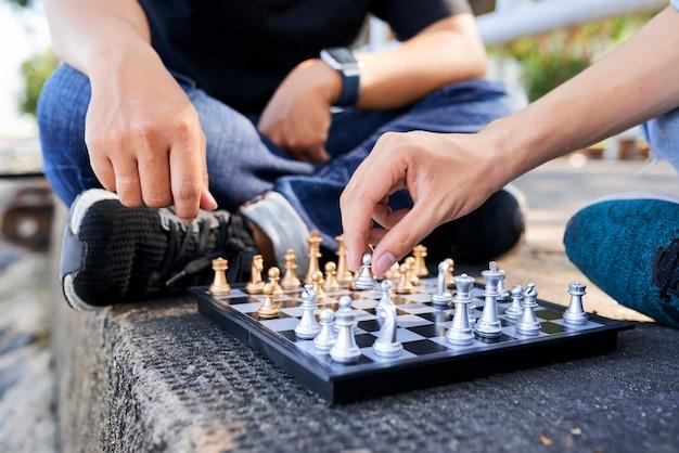 Hommes jouant aux échecs