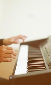 Les hommes jouent du piano.