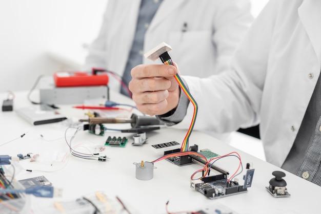 Hommes en laboratoire faisant des expériences de près