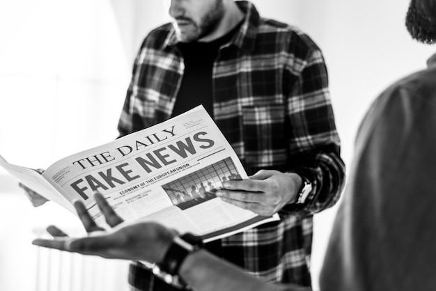 Hommes lisant un journal isolé sur fond blanc